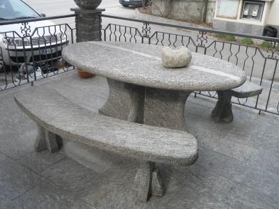 Tavoli Di Pietra Da Giardino.Arredamento Per Giardini Parchi E Aiuole In Pietra Naturale