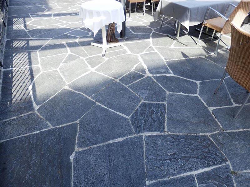Mosaico in pietra naturale per pavimenti da esterno posa for Pavimento esterno in pietra