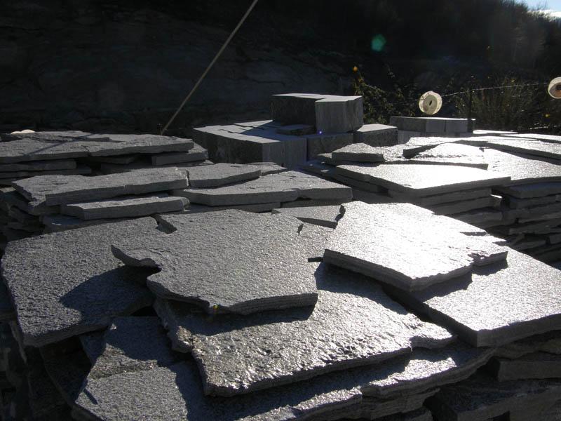 Mosaico in pietra naturale per pavimenti da esterno posa in opera